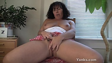 Gorgeous Mature Lynn from Yanks masturbating