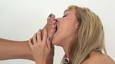 Mature Dom gets her blue toes worsiped