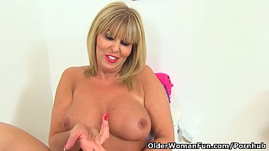 English milf Gabby Fox fingers her fanny on toilet