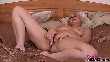 Blonde MILF Elen rubs lotion onto her body and fingers her orgasmic pussy