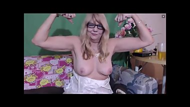 GILF does her best to flex on cam