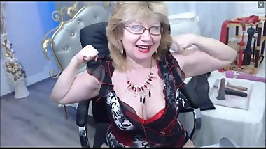 Cute GILF flexes on cam