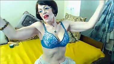 Amaxing muscular granny flexing her biceps on cam