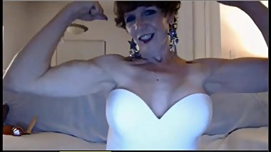 Gorgeous MILF flexes and kisses her biceps on cam
