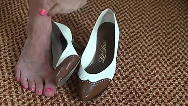 Mature Veiny feet in the High heel