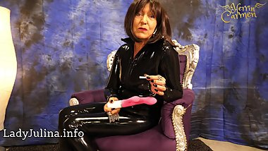 Mature Latex Herrin Carmen verlost privaten Dildo an Sklave German Domina